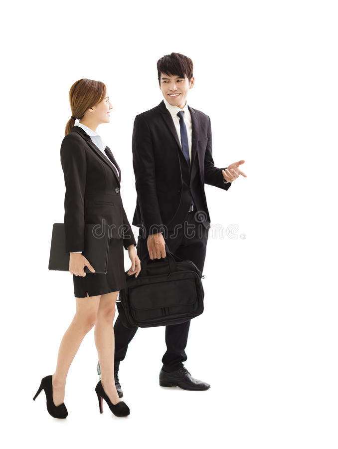 Hombres de negocios jovenes que hablan y que caminan junto imagen de archivo libre de regalías
