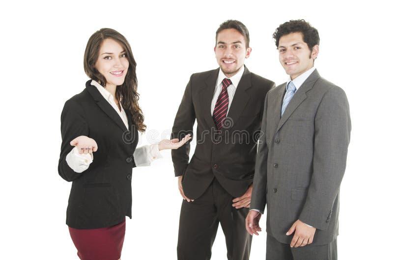 Hombres de negocios jovenes que llevan los trajes imagenes de archivo