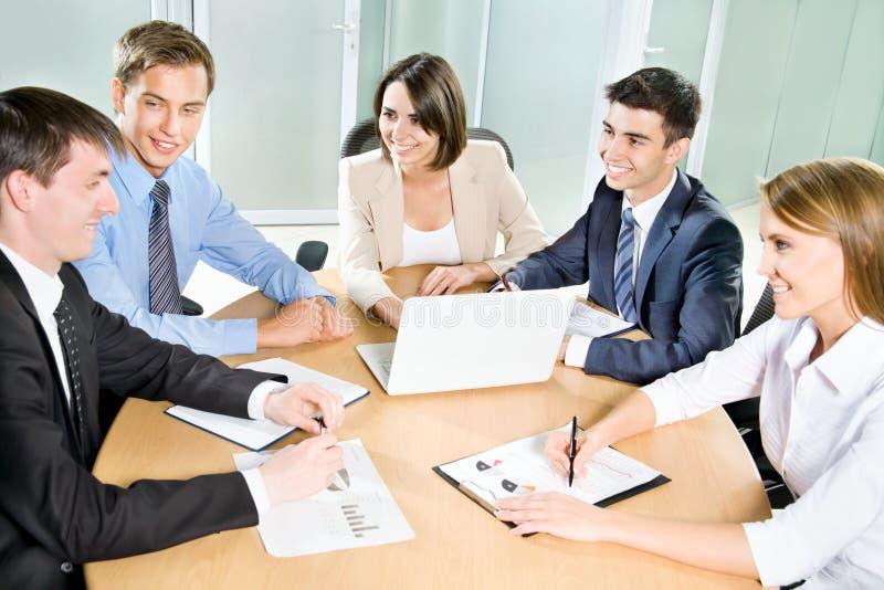Download Hombres De Negocios Jovenes Trabajo En Equipo Imagen de archivo - Imagen de cooperación, businessman: 42430071