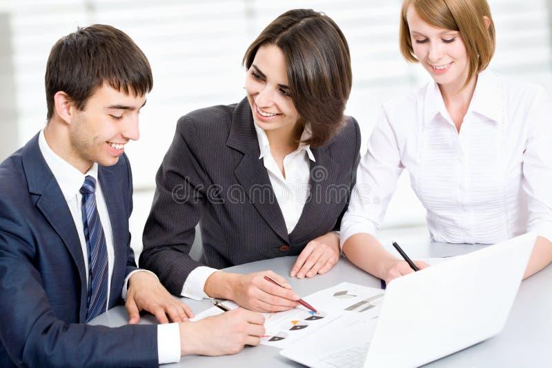Download Hombres De Negocios Jovenes Trabajo En Equipo Foto de archivo - Imagen de negocios, comunicación: 42430076