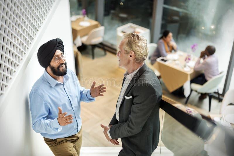 Hombres de negocios junto del concepto de la comunicación fotografía de archivo