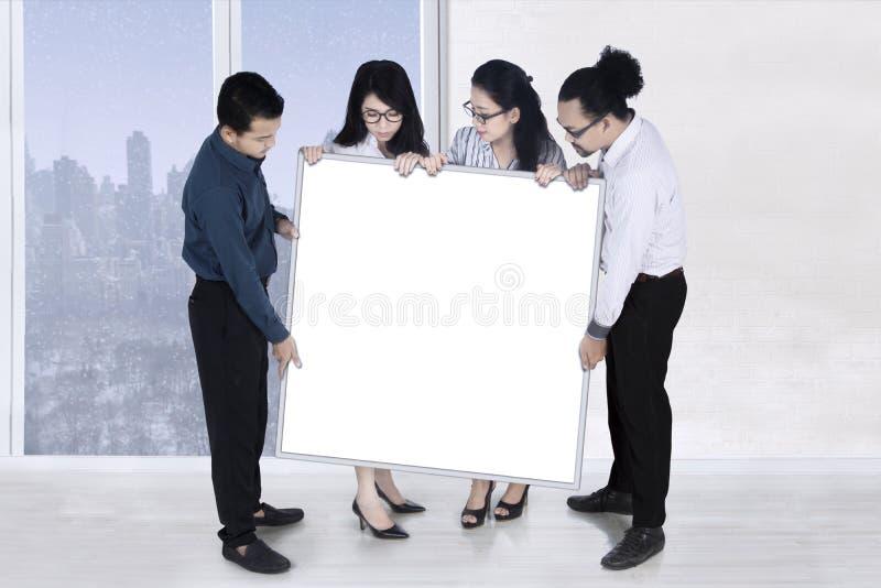 Hombres de negocios de la actual bandera vacía foto de archivo