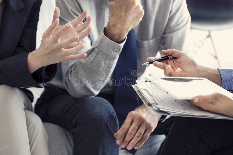 Hombres de negocios de la discusión del concepto de trabajo del consejero imagenes de archivo
