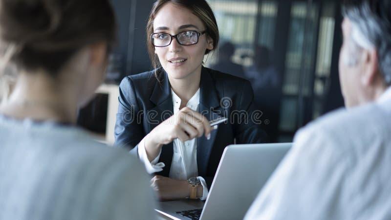 Hombres de negocios de la discusi?n del concepto del consejero imagenes de archivo