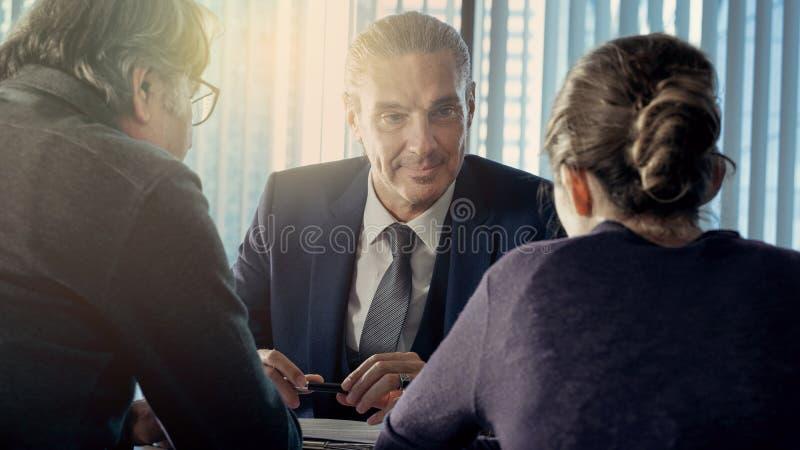 Hombres de negocios de la discusi?n del concepto del consejero foto de archivo