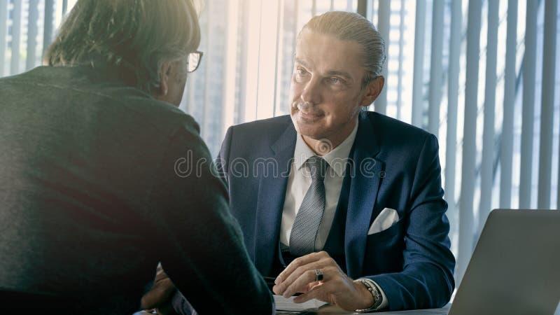 Hombres de negocios de la discusi?n del concepto del consejero fotografía de archivo libre de regalías