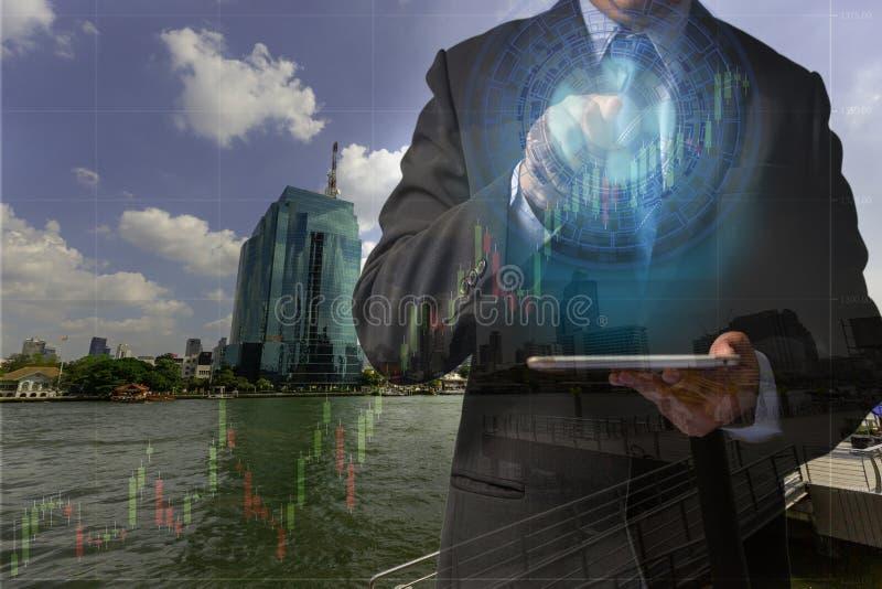Hombres de negocios de la exposición doble en el concepto de gestión acertada del logro de la inversión financiera en el márketin fotos de archivo libres de regalías