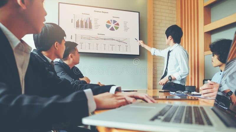 Hombres de negocios de la presentación en los planes futuros a los colegas, autobús imagen de archivo