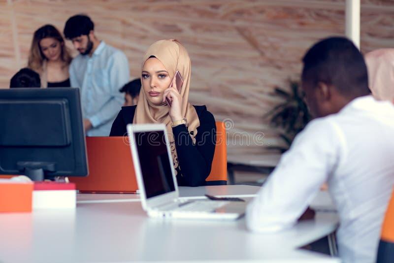 Hombres de negocios de lanzamiento creativos jovenes en la reunión en la oficina moderna que hace planes y proyectos foto de archivo libre de regalías