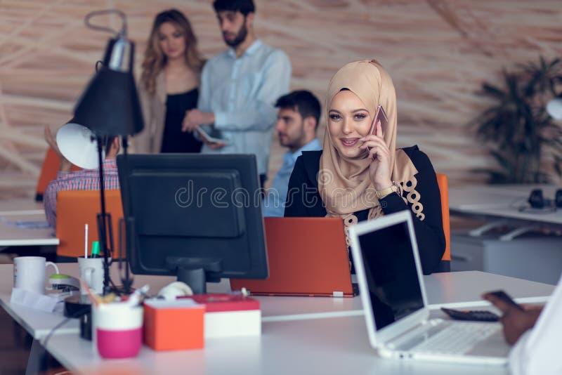 Hombres de negocios de lanzamiento creativos jovenes en la reunión en la oficina moderna que hace planes y proyectos imagen de archivo libre de regalías