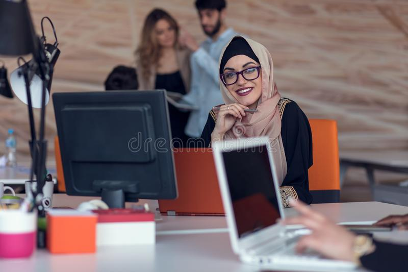 Hombres de negocios de lanzamiento creativos jovenes en la reunión en la oficina moderna que hace planes y proyectos imagenes de archivo