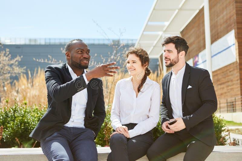 Hombres de negocios de lanzamiento en una reunión imagen de archivo
