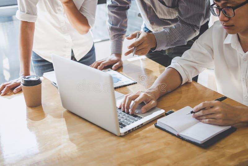 Hombres de negocios de lanzamiento de la reuni?n de grupo, reuni?n del equipo del negocio que trabaja con los nuevos datos del pr fotos de archivo libres de regalías