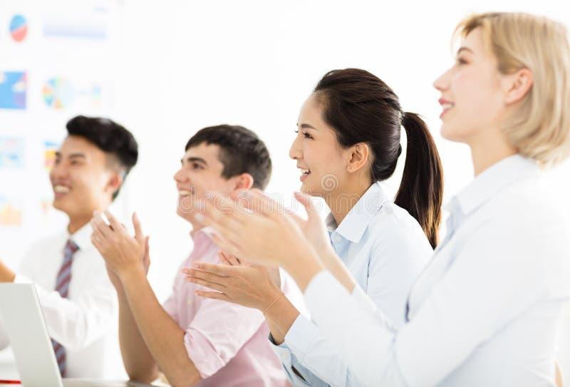 Hombres de negocios de las manos que aplauden en la reunión fotos de archivo