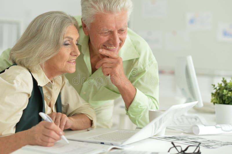 Hombres de negocios mayores que trabajan en la oficina imagenes de archivo
