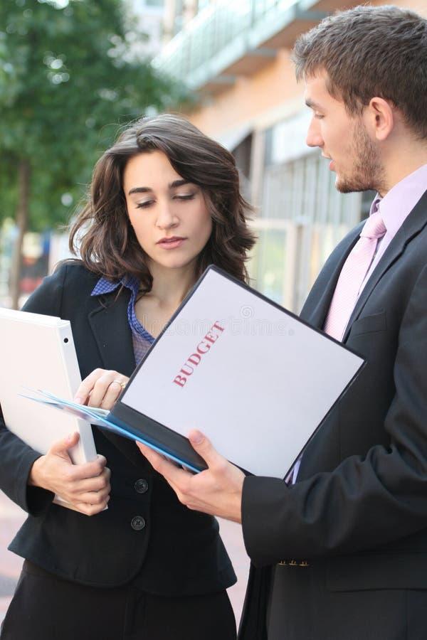 Hombres de negocios, mirando el presupuesto imágenes de archivo libres de regalías