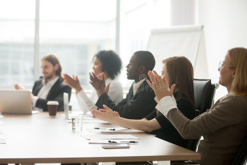 Hombres de negocios multirraciales que aplauden las manos que aplauden en el confere fotografía de archivo libre de regalías