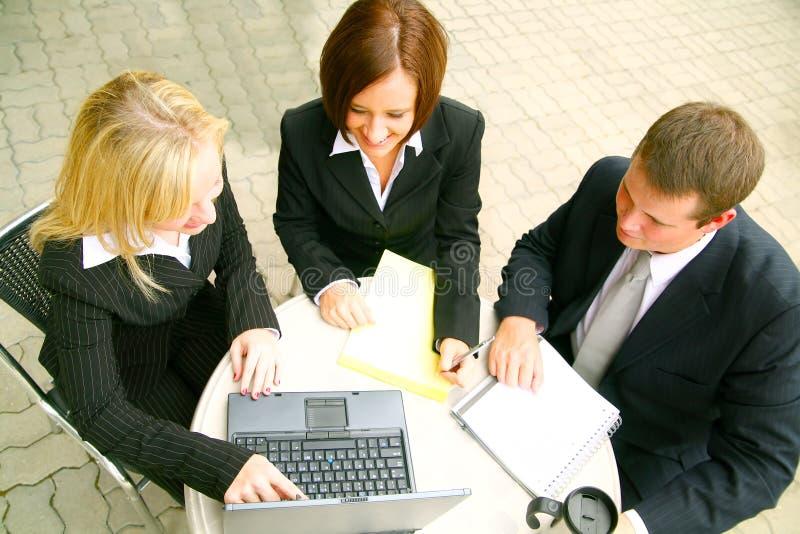 Hombres de negocios ocupados imagen de archivo
