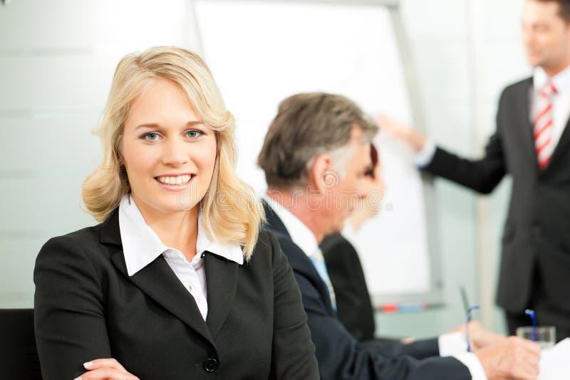Hombres de negocios - presentación dentro de personas foto de archivo