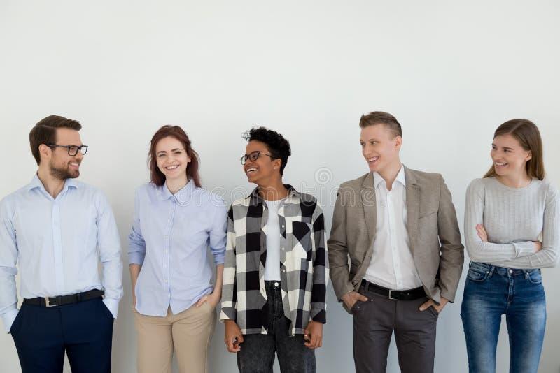 Hombres de negocios profesionales diversos felices del equipo que miran al líder de sexo femenino fotos de archivo
