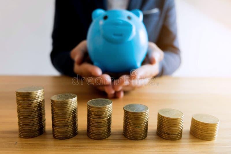 Hombres de negocios que ahorran el dinero Concepto de las finanzas imagenes de archivo