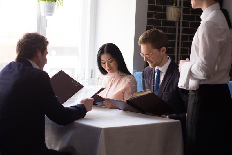 Hombres de negocios que almuerzan en el restaurante de lujo fotos de archivo