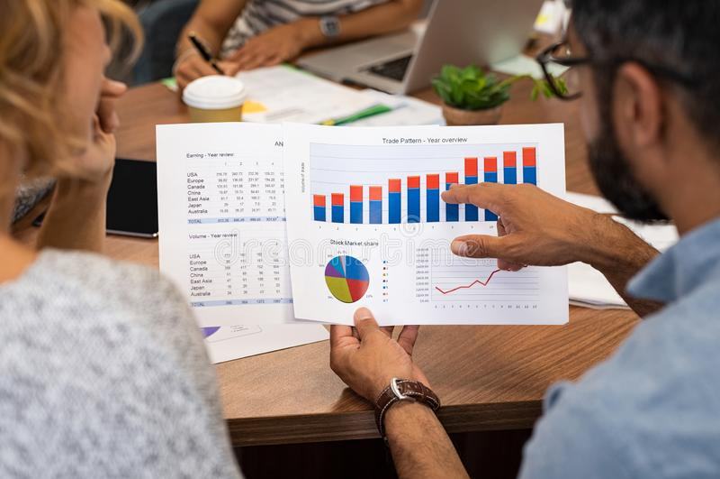 Hombres de negocios que analizan gráficos imágenes de archivo libres de regalías