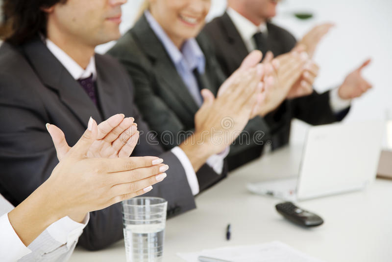 Hombres de negocios que aplauden imagenes de archivo