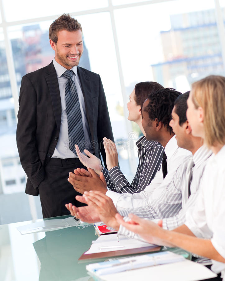 Hombres de negocios que aplauden después de una presentación foto de archivo libre de regalías