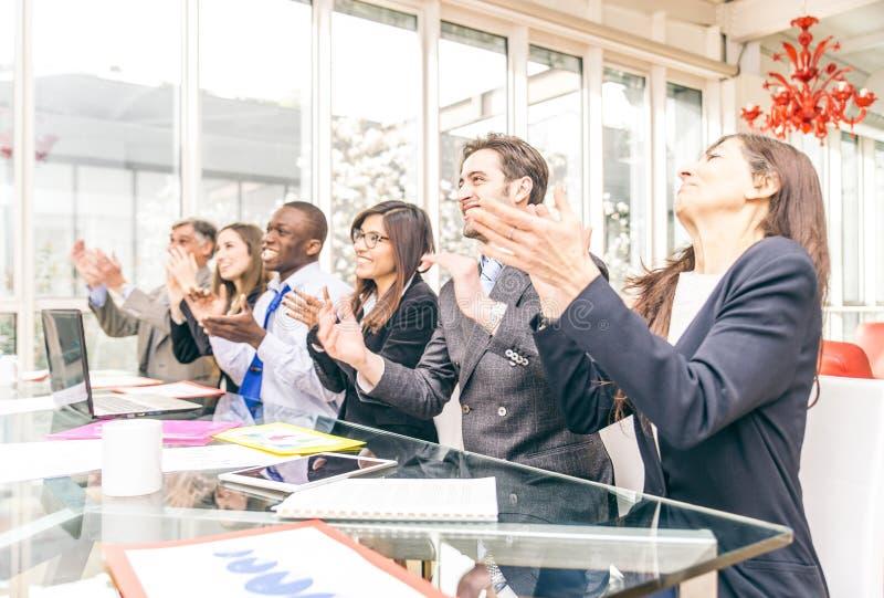 Hombres de negocios que aplauden las manos imagen de archivo libre de regalías