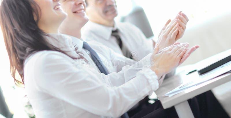 Hombres de negocios que aplauden las manos Concepto del seminario del negocio imágenes de archivo libres de regalías