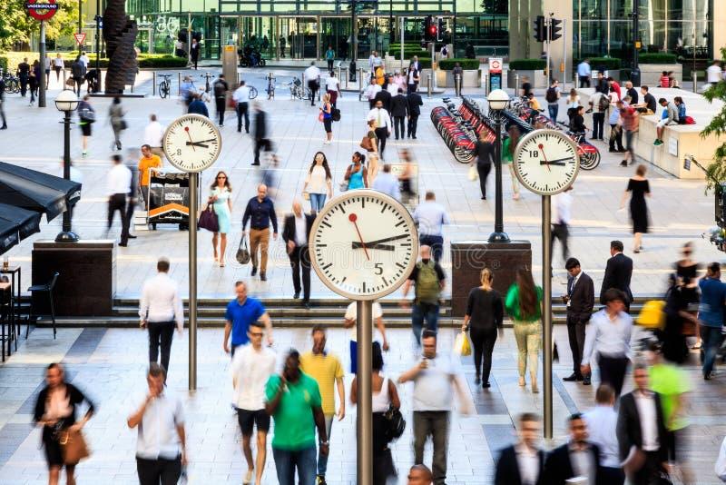 Hombres de negocios que caminan en Canary Wharf fotografía de archivo