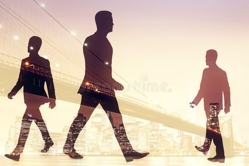Hombres de negocios que caminan en fondo de la ciudad ilustración del vector