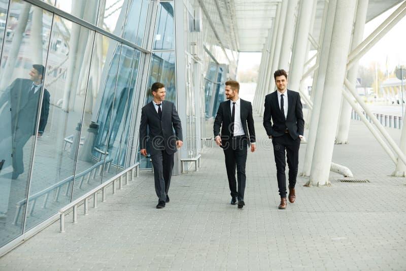 Hombres de negocios que caminan en la calle imagen de archivo