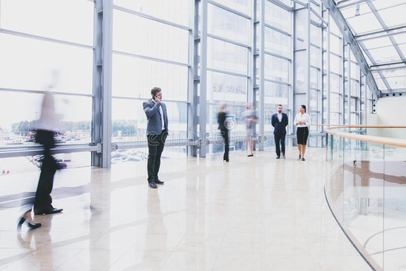 Hombres de negocios que caminan en pasillo fotografía de archivo libre de regalías