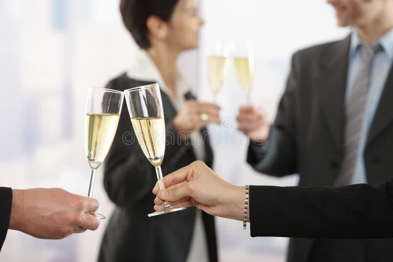 Hombres de negocios que celebran con champán foto de archivo