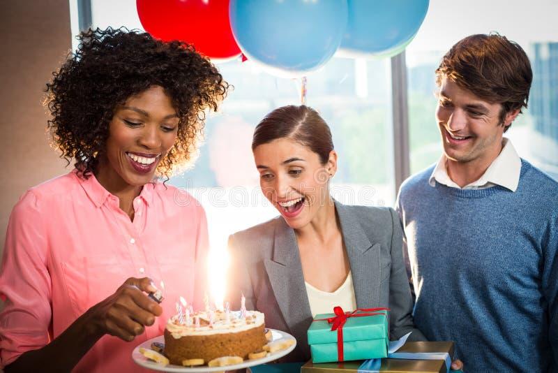 Hombres de negocios que celebran cumpleaños imagenes de archivo