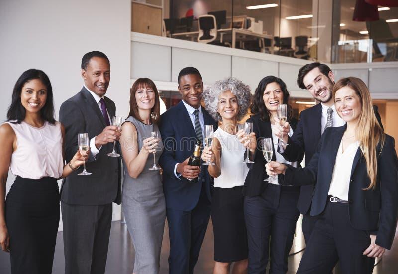 Hombres de negocios que celebran en la oficina imagen de archivo