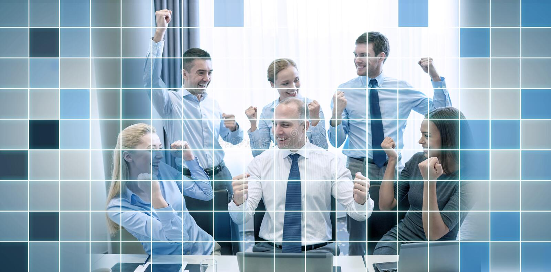 Hombres de negocios que celebran la victoria en oficina ilustración del vector