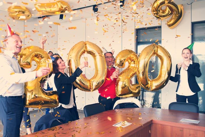 Hombres de negocios que celebran A?o Nuevo fotografía de archivo