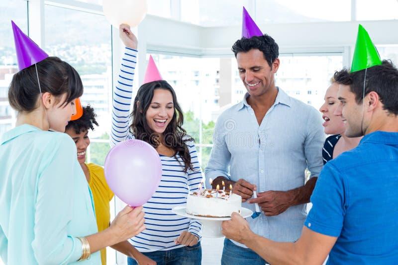 Hombres de negocios que celebran un cumpleaños imagen de archivo libre de regalías