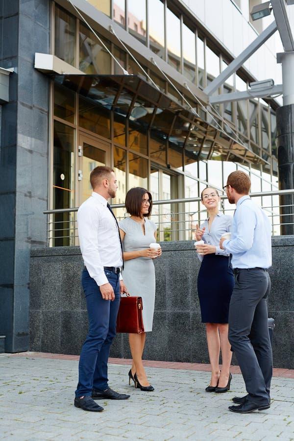 Hombres de negocios que charlan al aire libre fotos de archivo
