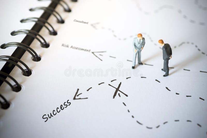 Hombres de negocios que colocan y que dan consejo con la flecha al éxito imagenes de archivo