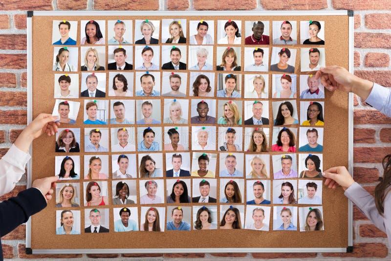 Hombres de negocios que contratan a los candidatos a trabajo imágenes de archivo libres de regalías