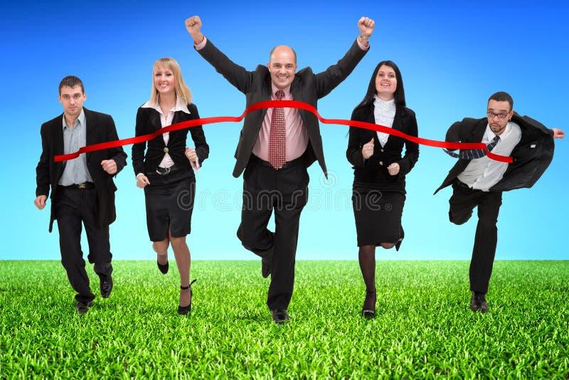 Hombres de negocios que cruzan la meta fotografía de archivo libre de regalías