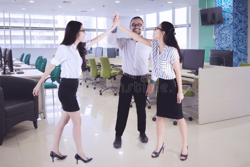 Hombres de negocios que dan a alto cinco manos juntas fotografía de archivo libre de regalías