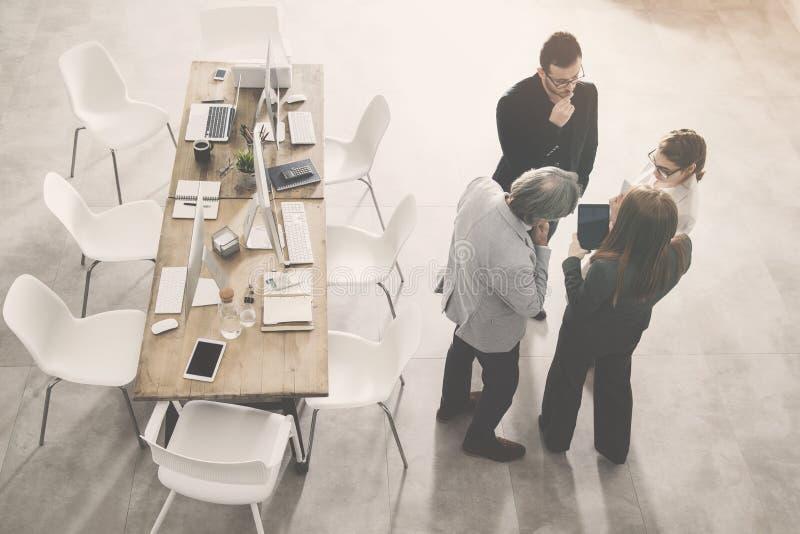 Hombres de negocios que discuten algo imagen de archivo libre de regalías