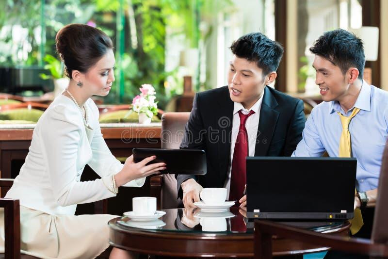 Hombres de negocios que discuten en la reunión imagenes de archivo