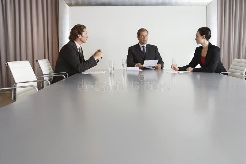 Hombres de negocios que discuten en la sala de conferencias imagen de archivo libre de regalías