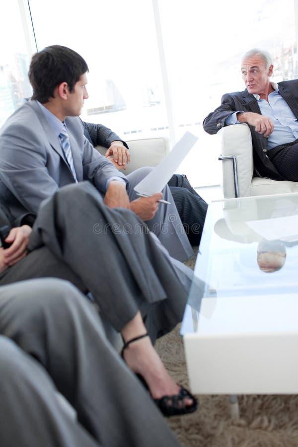 Hombres de negocios que discuten en una sala de espera fotos de archivo libres de regalías